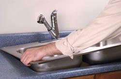 Сантехник в Кургане. Услуги сантехника – установка раковины на кухне. город Курган